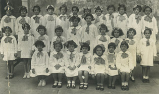Anna (first row, third from left) and her class at the Jewish elementary school in Rome, early 1930s.