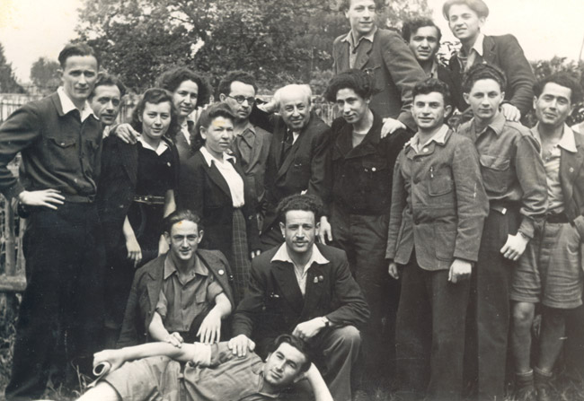 Marek (middle row, second from the right) after the war, with the other survivors in the Dror youth movement.