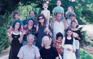 Elli (front, center), her husband, and their children and grandchildren, in Israel.